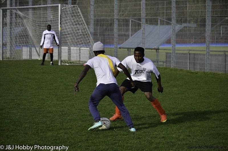 Menschlichkeit Fußball (21)-15a